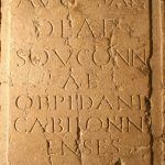 Stèle avec dédicace à la déesse Souconna, offerte par les habitants de l'oppidum de Cabilonnum, Pierre, IIe siècle, Chalon-sur-Saône, rue au Change, muraille du castrum à 3,50m de profondeur.