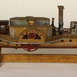 """Maquette du remorqueur à vapeur à roues, nommé """"L'ETOILE"""", de la Compagnie Générale de Navigation. L'original a navigué à partir de 1836. Bois, L. 56 cm ; l. 14,5 cm, Vers 1900, par J. B. Guilhermet"""