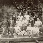 Les ouvriers du chantier chalonnais des Mines de Blanzy devant la maquette d'une cadole. En bas, à droite, une viaule, à gauche, un cric. Chaque ouvrier tient en main l'outil représentatif de sa spécialité sur le chantier. 1878, Cliché anonyme, non identifié (droits réservés)