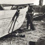 Chantier Martin à Port Rivière, Assemblage d'une bêche de pêche, avec utilisation du cric et de la viaule. Vivier à la partie centrale, compartiments étanches à l'avant et à l'arrière assurant la flottabilité. Vers 1950, Cliché anonyme, non identifié (droits réservés)