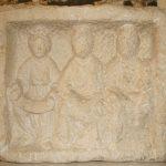 Stèle représentant une triade de déesses-mères, Pierre calcaire, 1er-2e siècle, Saint-Boil (S.-et-L.), carrière gallo-romaine.