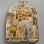 Stèle de Satenimen, chanteuse d'Amon et fille de Djed en adoration devant le dieu Horakhty à tête de faucon.  Provenance Louxor.