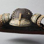 Kabuto (casque de samouraï) composé de vingt lamelles de fer laqué, ornées de rivets saillants (hoshi), Époque Edo (1603-1867).  © musée Denon / Philip Bernard