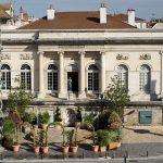 Vue de la facade et de l'entrée principale du musée Denon, depuis la place de l'Hôtel-de-Ville de Chalon-sur-Saône